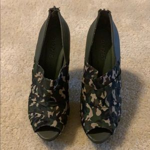 Shoes - Camp colored heels